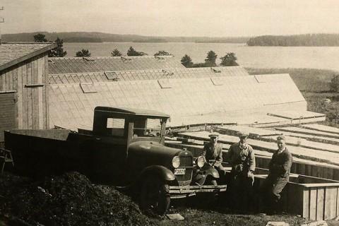 De första växthuset i trädgårdsrörelsen på Sjöbredared före andra världskriget. Under kriget var bilens hjul inlämnade till Staten. Alf till höger och brodern Per till vänster.