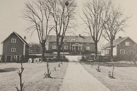 Regementsskrivarbostället Sjöbredared i Södra Vings socken. Härifrån förvaltades regementets (I15) 113 boställen. Huset, byggt på 1700-talet, restaurerades i mitten av 1900-talet då fotot också togs.